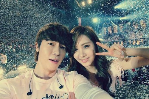 seohyun and donghae took a snap shot at stage