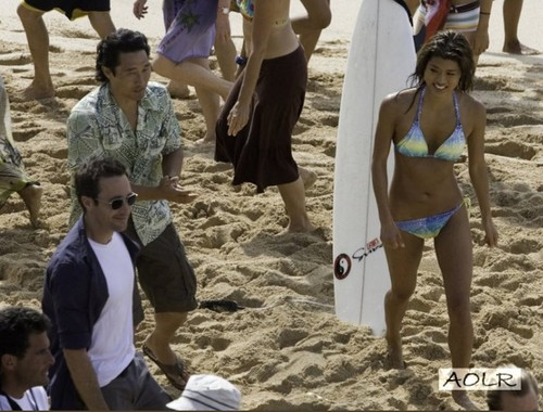 Steve and Kono Hintergrund with a bikini called Alex & Grace