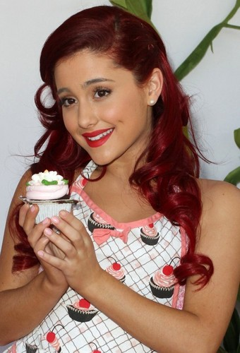 Ariana Grande: 2011 Camp Ronald McDonald Dia das bruxas Carnival