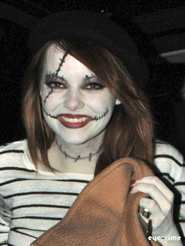Emma Stone and Andrew ガーフィールド head to a ハロウィン Party
