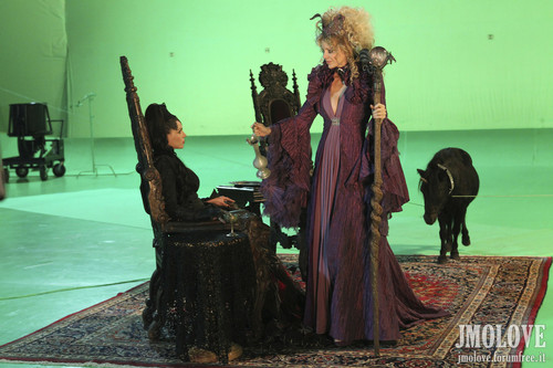 Kristin Bauer as Maleficent & Lana Parrilla as Evil Queen- BTS foto