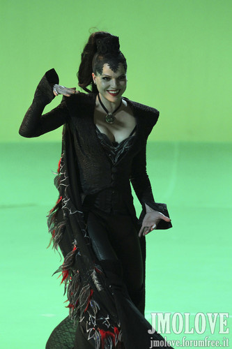 Lana Parrilla as Evil Queen- BTS تصاویر