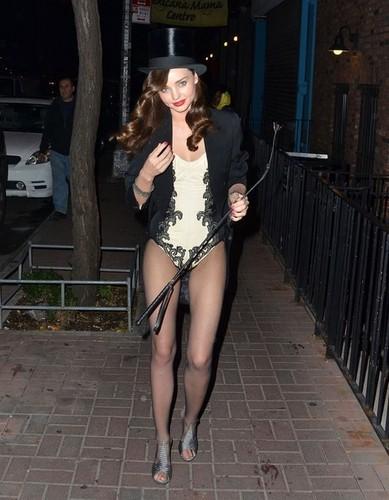 Miranda Kerr ipinapakita Off Her Halloween Costume