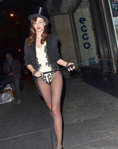 Miranda Kerr প্রদর্শিত হচ্ছে Off Her হ্যালোইন Costume