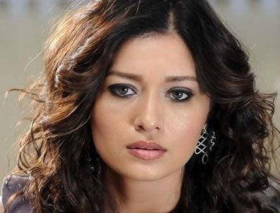 Pelakon wanita kertas dinding containing a portrait and attractiveness called Nurgül Yeşilçay (Turkish actress)