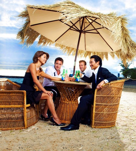 Steve and Kono wallpaper probably with a parasol, a wicker basket, and a basket entitled Photo Promocional