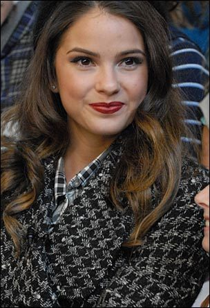 Shelley Hennig / Stephanie