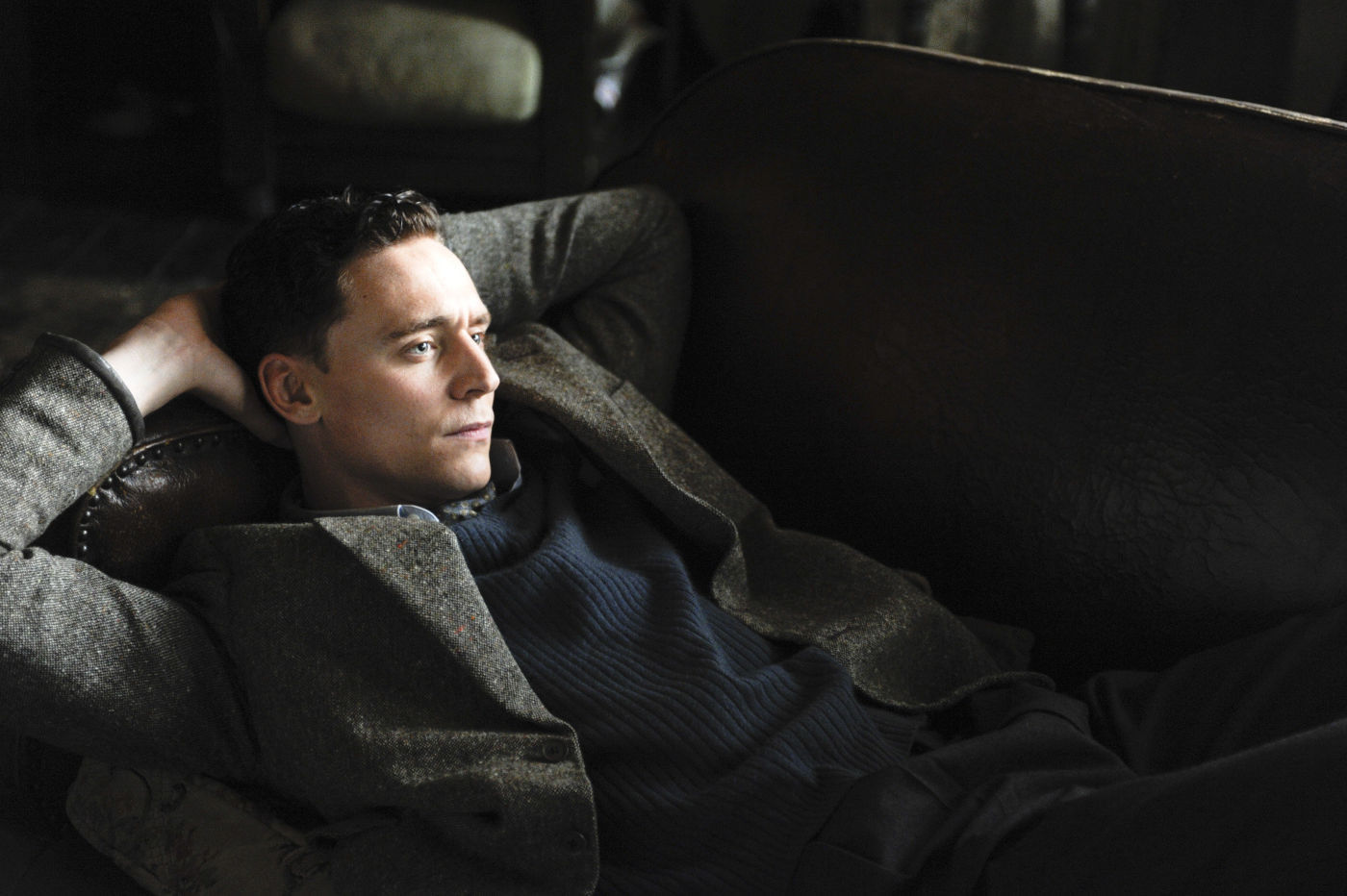 Oh my. His body language is very inviting. : tomhiddleston