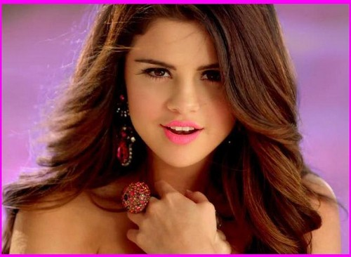 Selena loves you like a love song!