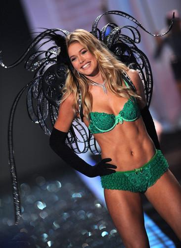 2009 Victoria's Secret Fashion ipakita