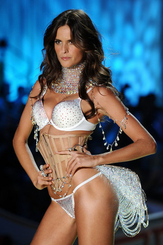 2010 Victoria's Secret Fashion دکھائیں - رن وے
