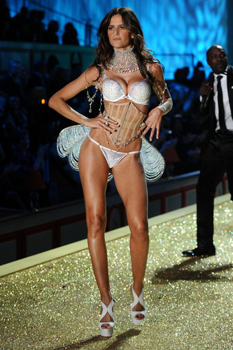 2010 Victoria's Secret Fashion onyesha - runway