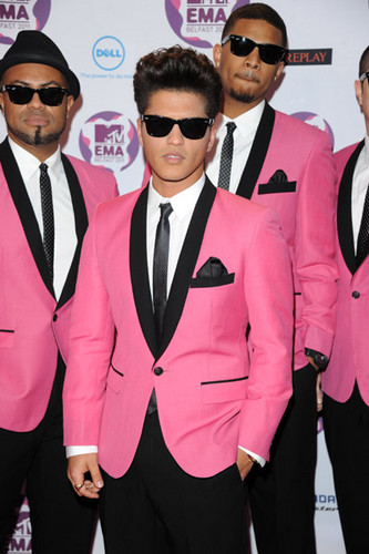 Bruno Mars fond d'écran containing a business suit, a well dressed person, and sunglasses titled Bruno Mars EMA 2011 WIN BEST NEW ACT