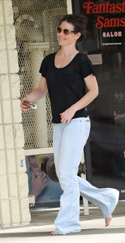 Candids: Evi walking around bare foot in Hawaii - Nov 7