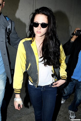 Kristen at the airport in Los Angeles, CA - Nov 2, 2011