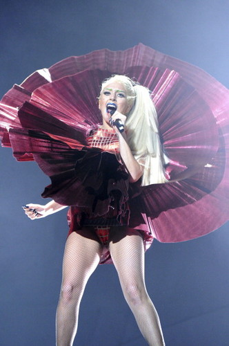 """Lady Gaga Performing """"Marry the Night"""" at the 音乐电视 EMA"""