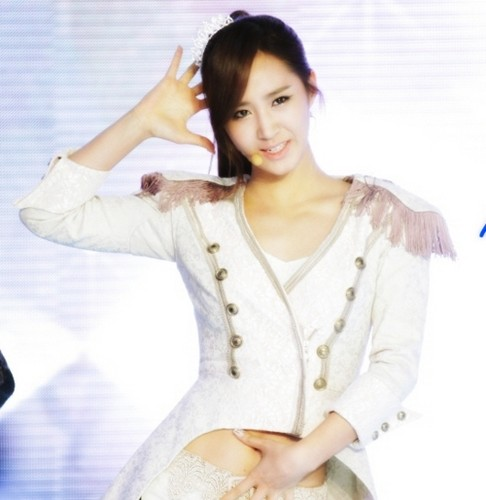 kwon Yuri karatasi la kupamba ukuta possibly containing a blouse, a chemise, and a frock called yuri