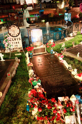☆ Elvis internment at Graceland
