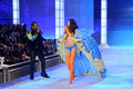 2011 Victoria's Secret Fashion onyesha - runway