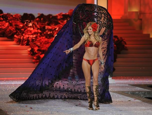 2011 Victoria's Secret Fashion Show - Show Time