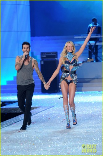 Adam Levine & Anne V - Victoria's Secret Fashion mostra 2011