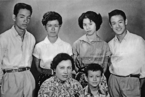 Bruce with his brothers,sisters&mother