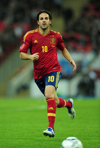 Cesc Fabregas wallpaper containing a soccer ball, a soccer player, and a fullback titled Cesc (England - Spain)