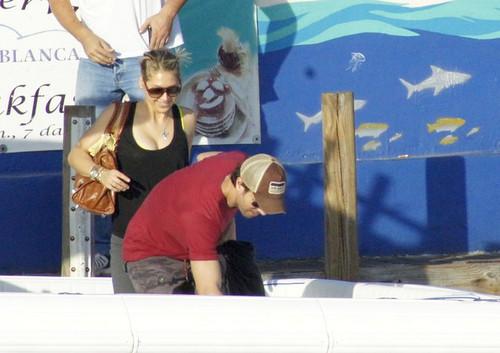 Enrique Iglesias and Anna Kournikova Board a ボート
