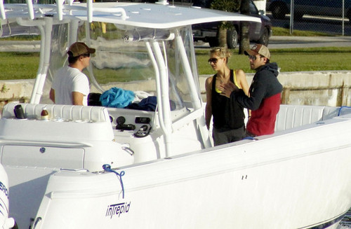 Enrique Iglesias and Anna Kournikova Board a mashua