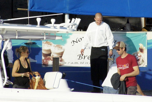 Enrique Iglesias and Anna Kournikova Board a کشتی