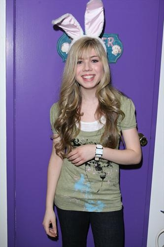 Jennette McCurdy fondo de pantalla probably containing long trousers called Jennette McCurdy