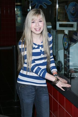 Jennette McCurdy achtergrond with an outerwear and long trousers titled Jennette McCurdy