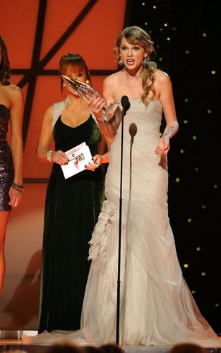 Taylor wins CMA Entertainer of the anno 2011