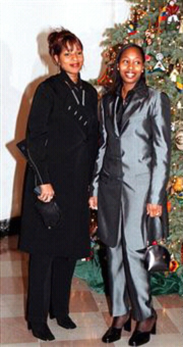 mary j blige with sister latonia blige - Mary J  Blige Photo