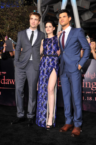 Robert Pattinson & Kristen Stewart 바탕화면 titled 'The Twilight Saga: Breaking Dawn Part 1' Los Angeles Premiere [14.11.11]