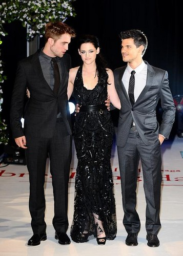 Robert Pattinson & Kristen Stewart वॉलपेपर containing a business suit, a well dressed person, and a suit entitled Breaking Dawn UK premiere