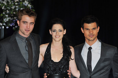 Robert Pattinson & Kristen Stewart 壁紙 containing a business suit, a suit, and a three piece suit called Breaking Dawn UK premiere