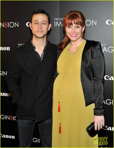 bryce dallas howard fondo de pantalla containing a business suit, a well dressed person, and a suit entitled Bryce Dallas Howard and Joseph Gordon-Levitt at the American Museum of Natural History on Tuesday