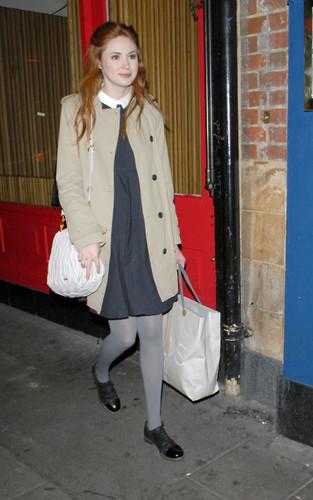 Karen Gillan candid ロンドン - Nov 2011