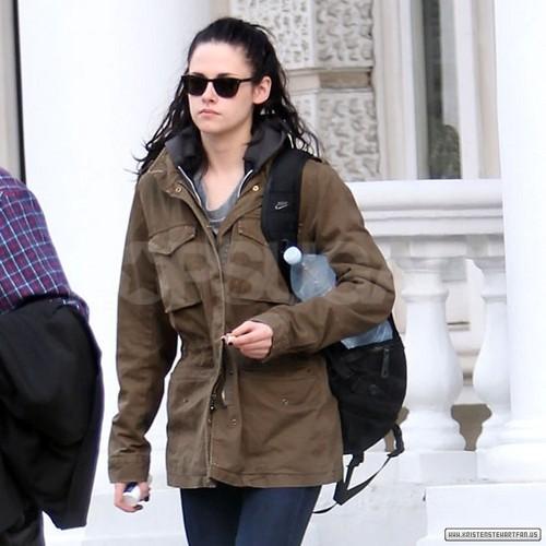 Kristen Stewart Spotted Leaving Robert Pattinson's Londres início - November 16, 2011.