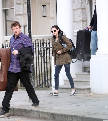 Kristen Stewart Spotted Leaving Robert Pattinson's London home pagina - November 16, 2011.