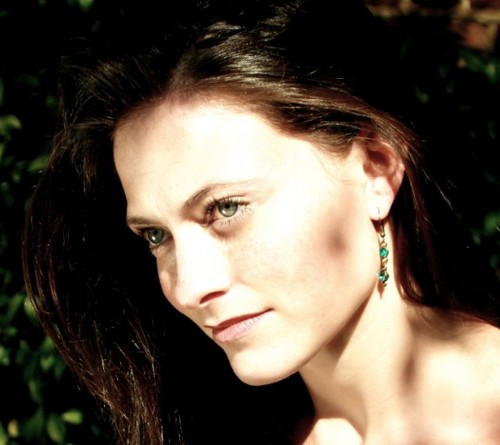 zanhar1 দেওয়ালপত্র containing a portrait titled Lara Pulver ♥