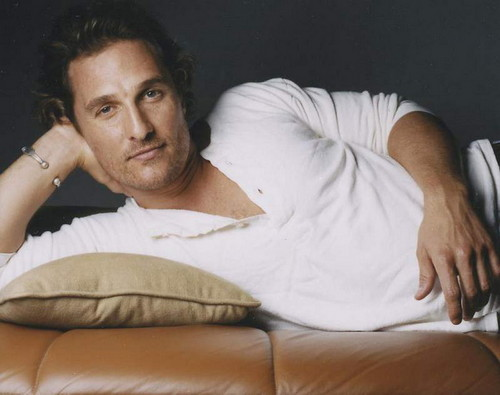 Matthew McConaughey fondo de pantalla probably with a sofá and skin called Matthew Mcconaughey