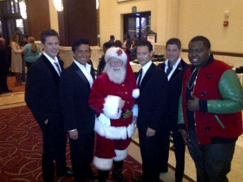 Sean Kingston sort of looks like one of Santas elves in this pic. Lol. Festive!!