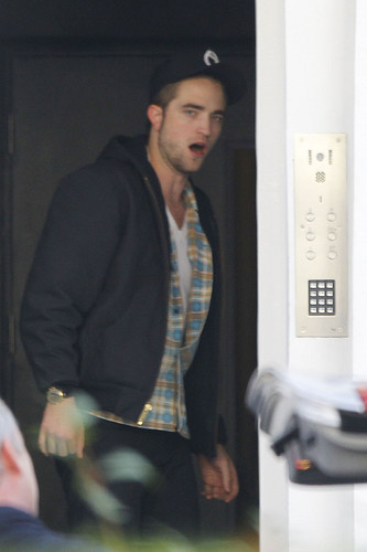 Robert Pattinson In Londra Today (Nov 19th)