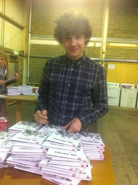 1D signing copies of their 'Limited edition Yearbook' x
