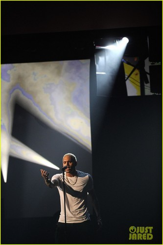 Chris Brown live at the 2011 American موسیقی Awards in Los Angeles ( November 20 )