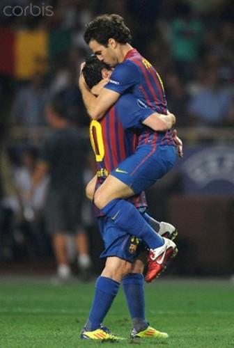 Fabregas of Barcelona celebrates scoring his side's সেকেন্ড goal দ্বারা স্নেহ চুম্বন