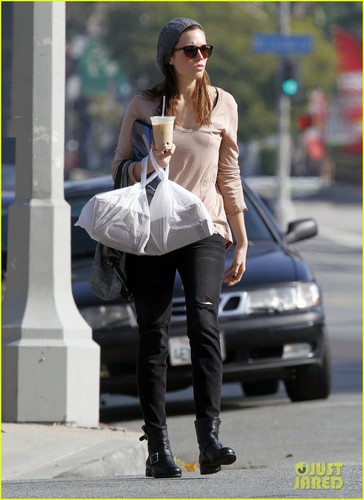 Mandy Moore Picks Up Lunch in L.A.