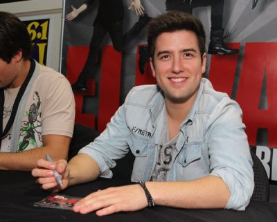 November 20, 2011 - Elevate Signing in 만, 베이 Shore, NY